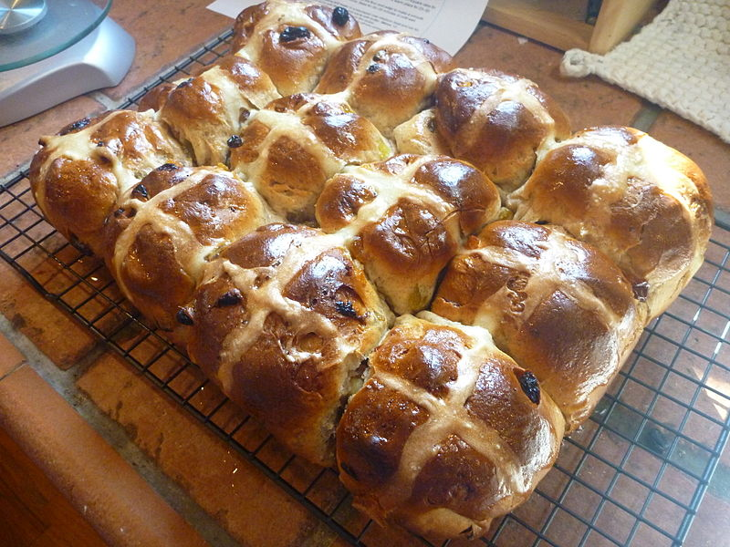800px-Hot_Cross_Buns_on_a_wire_rack_(2),_April_2010
